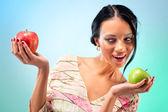 Młoda kobieta z dwoma jabłkami — Zdjęcie stockowe