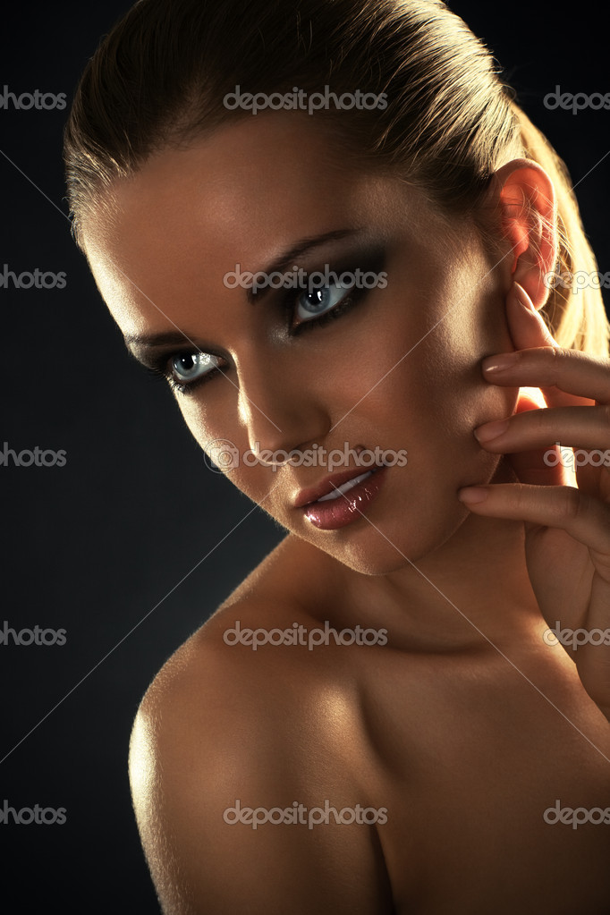 Young woman studio fashion portrait. Dark golden colors. — Stock Photo #3071572