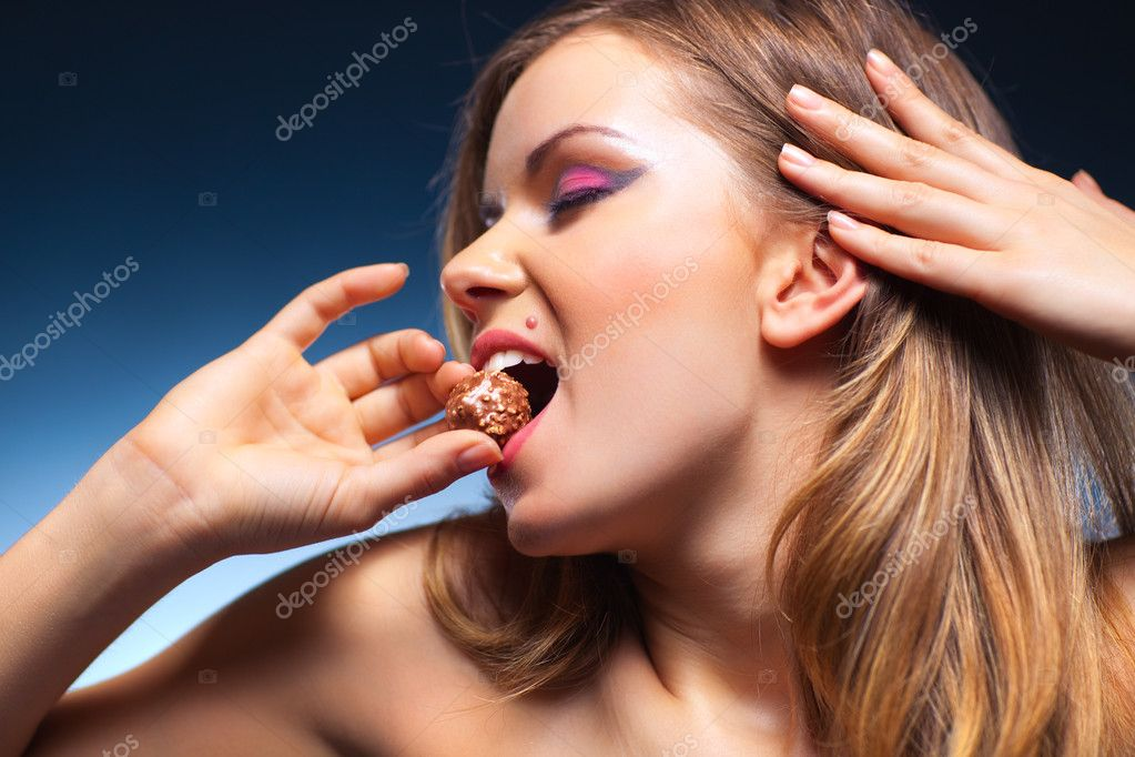 Young woman eating sweet portrait. — Stock Photo #3071791