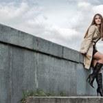 jonge vrouw in regenjas — Stockfoto