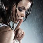 mladá žena zobrazeno tiché handsign — Stock fotografie