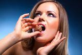 Portrait de doux manger jeune femme — Photo