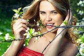 Ritratto di giovane donna all'aperto — Foto Stock