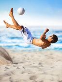 Mladý muž hrát fotbal — Stock fotografie