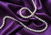 淡紫色的丝绸白色珍珠 — 图库照片