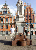 Happy active senior travels in Old Riga — Stock Photo