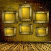 Habitación vieja, interior grunge con marcos — Foto de Stock