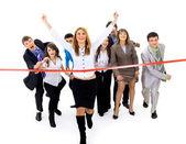 Empresarios cruzando la línea de meta — Foto de Stock