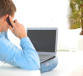 Junger Mann, spricht auf Handy mit — Stockfoto