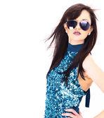 Vacker kvinna i den svarta fashion solglasögonen — Stockfoto