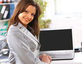 Young business woman showing blank laptop screen ready for your text and pr — Stock Photo