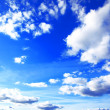Blue sky background with tiny clouds - Foto Stock