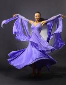 Kvinna dans, mörk bakgrund — Stockfoto