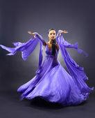 žena taneční, tmavé pozadí — Stock fotografie