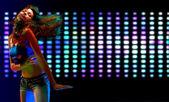 美しい若い女性は、ナイトクラブでダンス — ストック写真