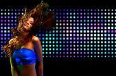 όμορφη νεαρή γυναίκα χορεύει στη ντισκοτέκ — Φωτογραφία Αρχείου