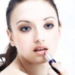 portrét krásné ženy používat rtěnku pomocí rtů korektory štětec — Stock fotografie