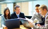 商务会议-与他的同事们讨论工作的经理 — 图库照片