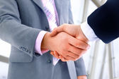 Apretón de manos en oficina — Foto de Stock