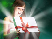 Beautifull girl opening x-mass magic present — Stock Photo