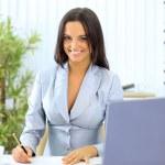 młody szczęśliwy uśmiechający się kobieta pracuje w urzędzie — Zdjęcie stockowe