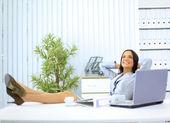 Portrét krásné mladé ženy odpočívá u svého psacího stolu — Stock fotografie