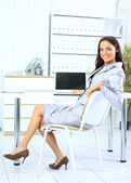 Mulher de negócios jovem no escritório — Fotografia Stock