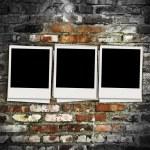 tre foto bianche su sfondo di mattoni — Foto Stock