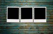 Três fotos em branco na parede shabby — Foto Stock