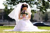 夏の公園で若い美しい花嫁 — ストック写真