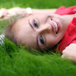 çim alan Park yatan sevimli genç erkek — Stok fotoğraf
