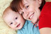 Bebé y la madre de par — Foto de Stock