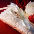 Wedding  rings with red rose — Stock Photo