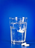 Aspirin and glass of water — Stock Photo