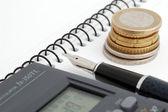 Monedas, pluma y calculadora — Foto de Stock