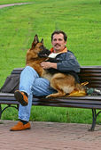 The man with a dog on a bench — Stock Photo