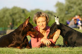 The woman lies between two dogs — Stockfoto