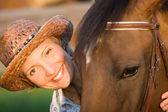Kobieta uścisk brązowy koń — Zdjęcie stockowe