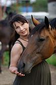 Donna incinta con cavallo — Foto Stock