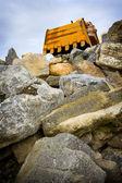 Détail de la pelle sur le dessus de pierres — Photo