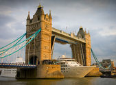 Cruise ship passing Tower Bridge at sunset — Stock Photo