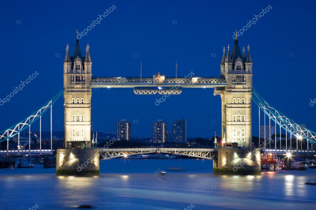 London's Tower Bridge illuminated at night time and reflections in water — Zdjęcie stockowe #3634086
