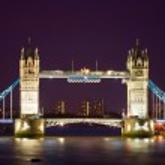 Тауэрский мост освещается в ночное время — Стоковое фото