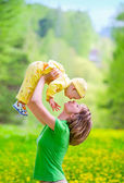 Mother with baby in the park — Fotografia Stock