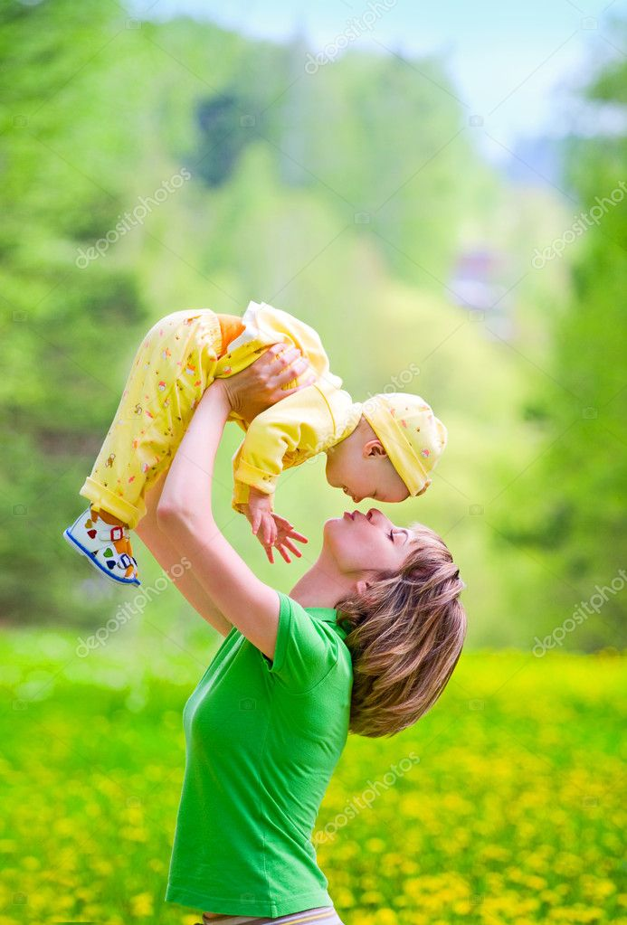 Mother with baby playing in the park — Stock Photo #3263747