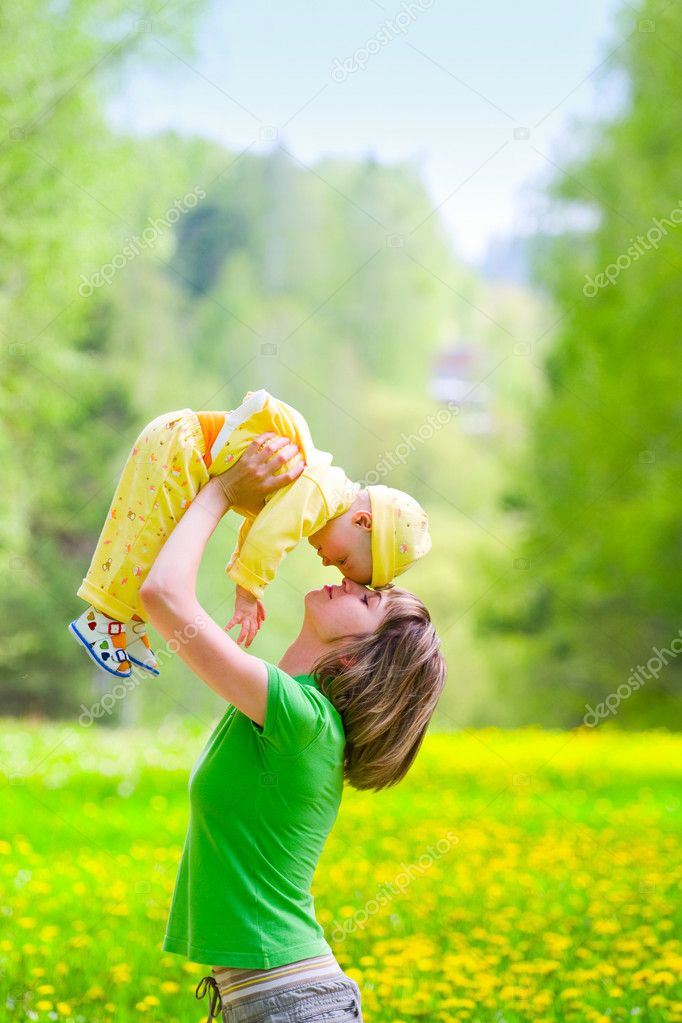 Mother with baby playing in the park — Stock Photo #3316587