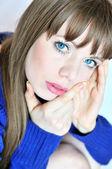 Вдумчивый Голубоглазая девочка — Стоковое фото