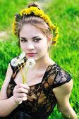 Mädchen mit löwenzahn — Stockfoto