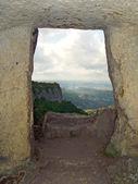 Fönster i steniga vägg — Stockfoto
