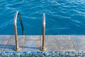 Escada de água na piscina — Foto Stock